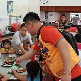Lionit tuovat lounaan orpokodissa asuville lapsille, kiitos LCIF:n myöntämän apurahan piireille ja klubeille.