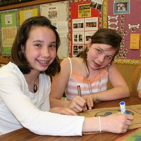 Kaksi oppilasta suorittaa Lions Quest -projektia oppitunnilla, kiitos LCIF:n ja lionien antaman tuen.