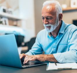 Um homem trabalhando em um computador