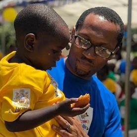国際小児がんデーに、幼い患者に寄り添うンマズオ・オズア医師
