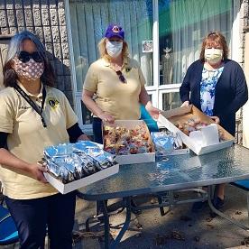 Com financiamento de LCIF, os Leões do Canadá entregam refeições para profissionais da área médica durante a pandemia de COVID-19.