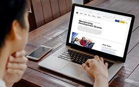 Um laptop aberto na página de Subsídios para o Desenvolvimento do Quadro Associativo.