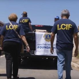 Les Lions de Porto Rico distribuent de l'aide aux victimes de l'ouragan.