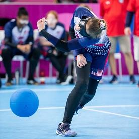 相手チームのネットに向けてボールを投げる、アメリカ代表のゴールボール選手アマンダ・デニス