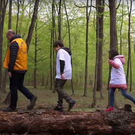 Deux enfants participant à un camp pour diabétiques suivent un Lion pendant une randonnée.
