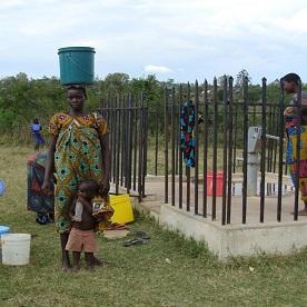 Dorica não trabalha mais por horas a fio para conseguir um balde de água. O novo poço da cidade está próximo, tornando a gravidez menos difícil.